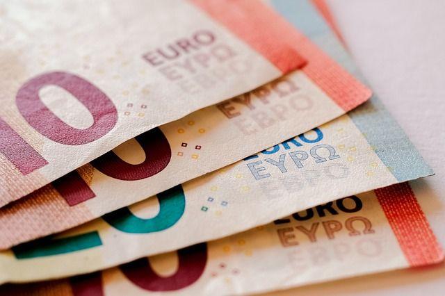 Met de december maand in het vooruitzicht heeft geld nogal snel de neiging om je portemonnee uit te vliegen. Daarom deze vijf algemene tips om geld te besparen van Doortjes Blog  http://www.mamaliefde.nl/blog/5-handige-tips-om-geld-te-besparen/