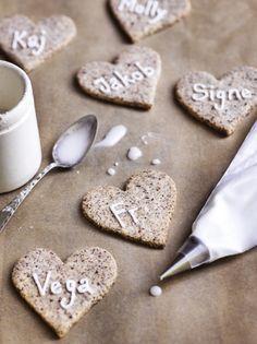 Bag en omgang småkager helt uden mel, og pynt julebordet med spiselige bordkort med navnene på dem, du elsker. Få opskriften her!