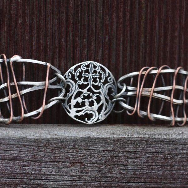 Unikalny zestaw biżuterii autorstwa Doriana Grabowskiego: bransoletka, pierścionek, kolczyki i zawieszka. Całość wykonana ręcznie z niezwykłą dbałością o szczegóły ze srebra próby 925 z domieszką miedzi i mosiądzu. Idealna propozycja na wyjątkowy prezent.