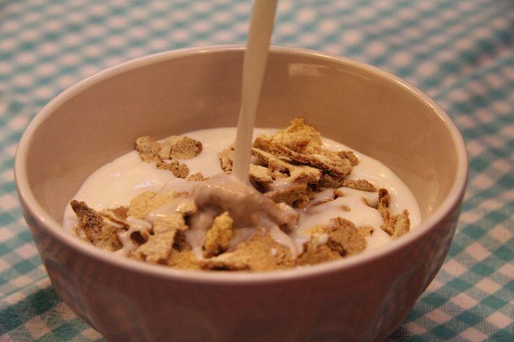 Az egyik kedvenc reggelink. Csak leöntik tejjel, és már készen is van. Mi nem a boltban vesszük, hanem itthon készítem. Hidd el, semmi macera, bár rá kell nézni néha, és meg kell kevergetni.