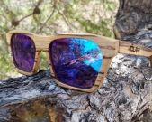 Modelo Sahara de madera de zebrano con espejo azul.  Excelentes vetas las que nos deja como siempre el zebrano que utilizamos en nuestras gafas de madera hechas a mano. Valencia (España)