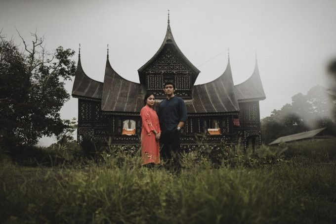 Traditional casual engagement photoshoot | A Traditional Pre-Wedding Shoot In Bukittinggi And Sumba | http://www.bridestory.com/blog/a-traditional-pre-wedding-shoot-in-bukittinggi-and-sumba
