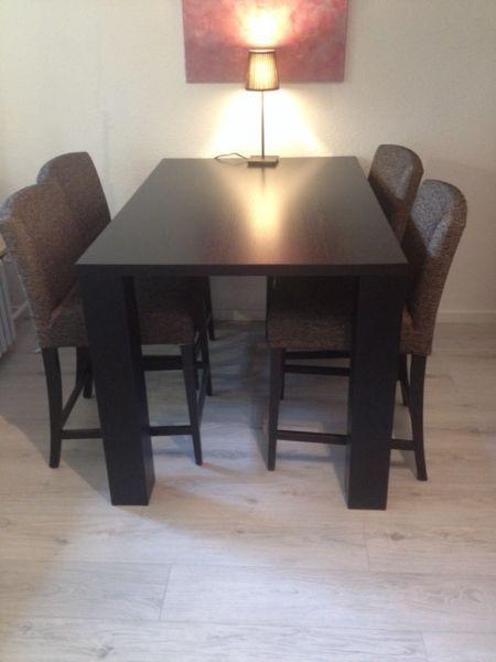 Ich biete 4 tolle und bequeme Stühle inkl. Tisch. Alles sehr gut erhalten. Neupreis lag bei 1.800 €.  Tisch ist 140 cm x 90 cm x 85 cm. Es ist eine Sonderhöhe sowie auch die Stühle. Holz ist Eiche gebeizt. Die Stühle haben Hussen und können gewaschen und ausgetauscht werden.
