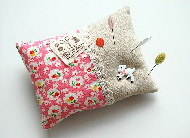 Another supercute Pincushion, by ayumills of course... Her pincushions are a piece of art -- Clarissa