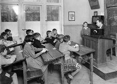 Schulklasse beim Radiohören, 1934 Timeline Classics/Timeline Images