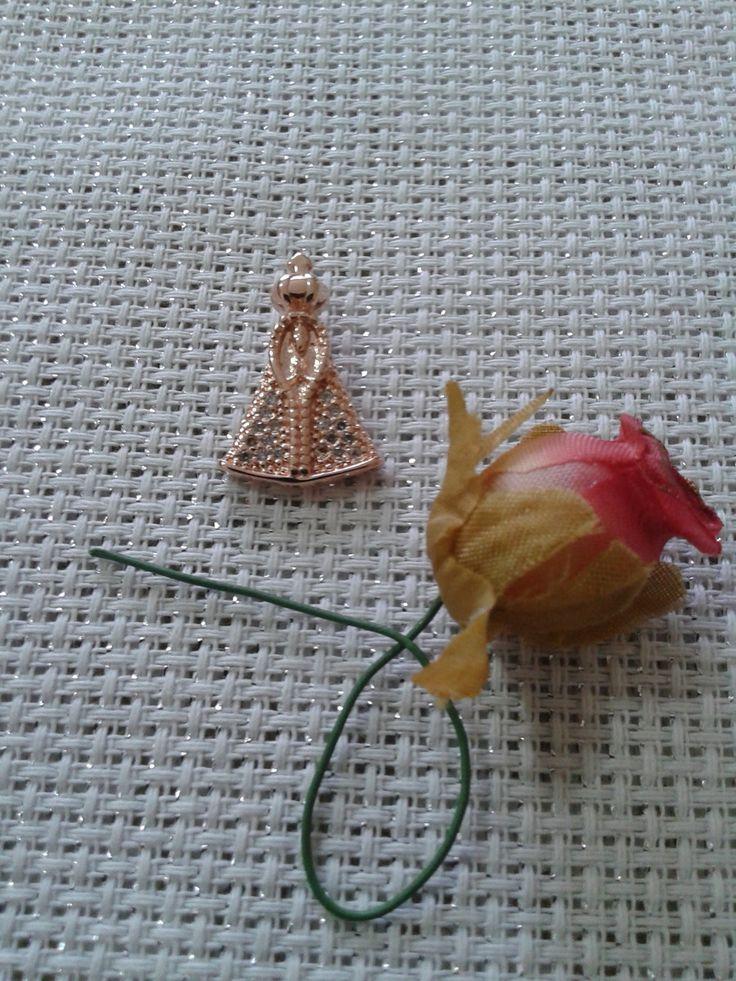 Medalha de N.Sra. APARECIDA muito linda, cravejada de ZIRCÔNIAS ,delicadíssima, uma verdadeira jóia! Você poderá escolher a CORRENTE para compôr um lindo colar de sua preferência! As CORRENTES serão também vendidas separadamente ,sendo encontradas como COLAR, PULSEIRA e TORNOZELEIRA. (42.S) (15 P) OBS: Todas as peças são FOLHEADAS EM OURO ROSÊ. O folheado leva 3 camadas de ouro rosê de alta resistência e durabilidade. NÃO ALÉRGICO. Para a LIMPEZA do folheado NÃO USE líquidos abrasivos,use…