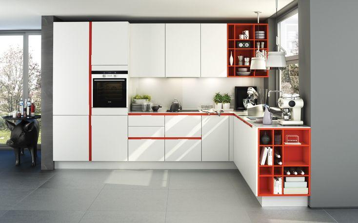 SieMatic S3: weiße Küche mit mohnroten Akzenten Die Farbe Rot steht für Sinnlichkeit – kreieren Sie eine stimmungsvolle Atmosphäre, die zum geselligen Genuss animiert.