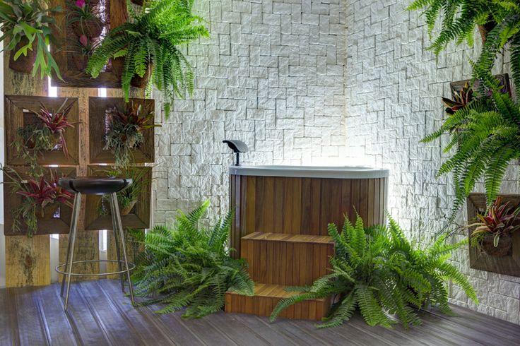 Ofurô | parede pedra | plantas na parede