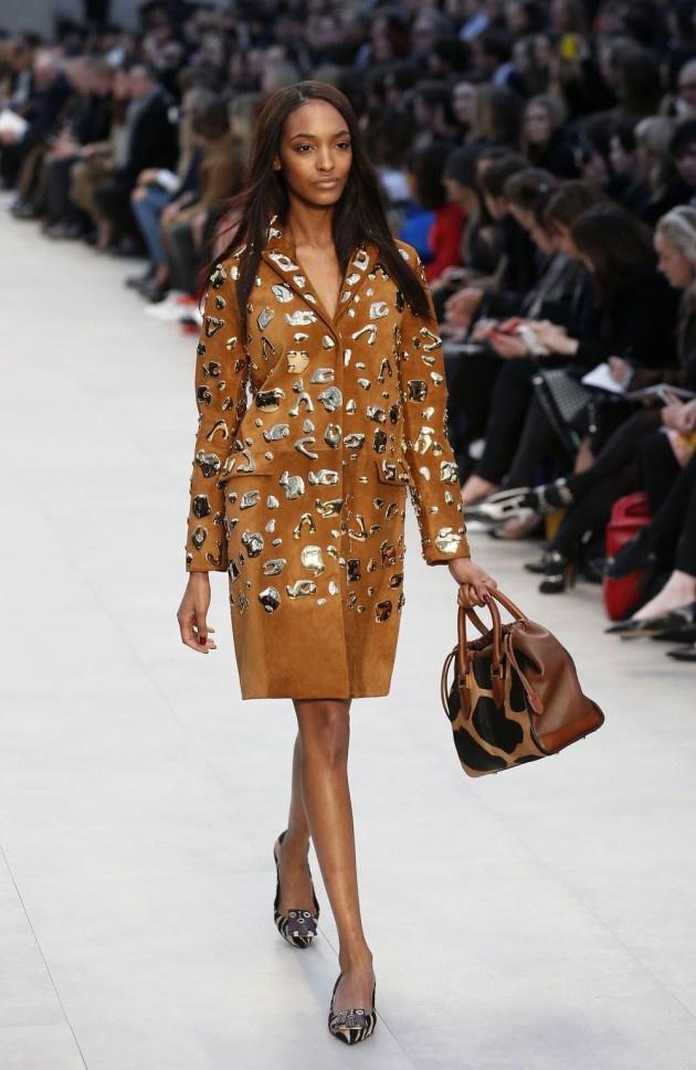Op de London Fashion Week heeft het label Burberry Prorsum de nieuwe wintercollectie 2013 voorgesteld. De collectie omarmt enkele klassiekers, zoals de trenchcoat, en experimenteert met de afwerking van ontwerpen. Dit zien we vooral bij de handtassen.     Katrin Swartenbroux, redactrice van weekend.be, was aanwezig op de show van Burberry Prorsum op de London Fashion Week. Lees haar uitgebreide verslag voor meer informatie over de show en de ontwerpen. #LFW