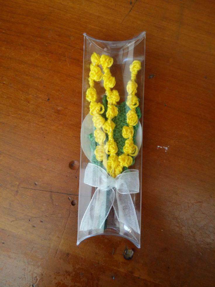 Mazzetto di mimosa all'uncinetto. Festa della donna.