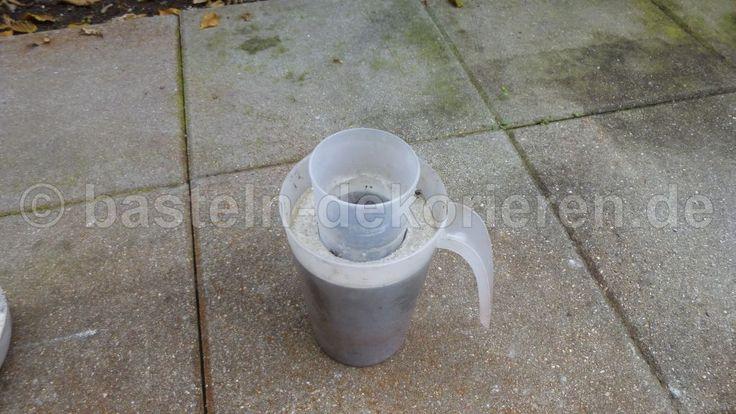 Hohe Betonschale in Plastikbecher