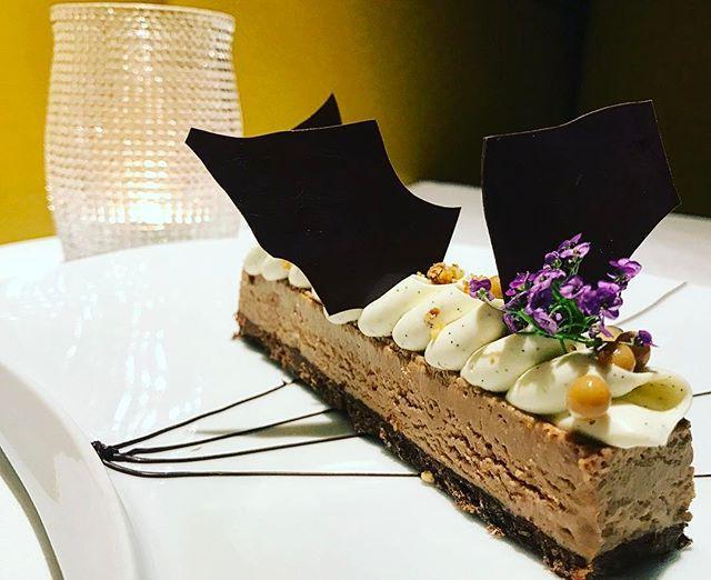 """- [ ] 😋Test à l'assiette blanche du jour : Le Gianduja au restaurant @maisonblancheparis 😋 [ ] 😉 Mes remarques : > Goût : Sur la carte, l'ambiance est posée d'emblée : """"En mousse et croustillant de praliné, ganache au chocolat blanc"""". Sur le palais et dans l'estomac, l'ambiance suit le même rythme : gourmand et intense ! Les saveurs sont simples, pas de prise de risques, on a voulu donner un dessert pro et propre. C'est réussi. Après un plat plutôt léger en quantité, le Gianduja étonne…"""