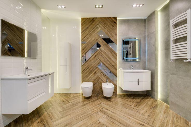 Ekspozycja Max-Fliz płytki drewno, łazienka biała z drewnem, grzejnik naścienny, szafka wisząca biała, szafka biała, lustro, lustro  z ramą złoconą, lustra skośne, płytki drewniane, design, aranżacja nowoczesna, oświetlenie. Łazienka Najwyższej jakości Płytki łazienkowe i kuchenne
