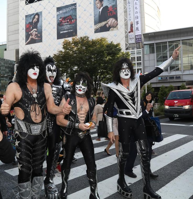 PHOTO - KISS WALKING IN SHIBUYA - TOKYO