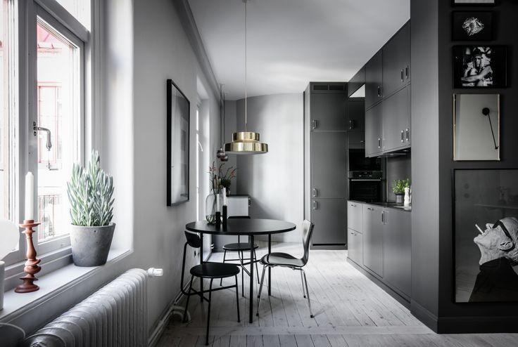 Här finns ett påkostat kök från Ballingslöv där matglädjen kan bli stor. En mörkare grå färg på snickerierna bryter fint av mot den svarta bänkskivan och stänkskydd i exklusivt dekton. För snyggaste resultat är diskmaskin och kyl/frys såklart helt integrerade. Matplats för minst fyra, men med den helöppna planlösningen och ett långbord kan det bli många fler.