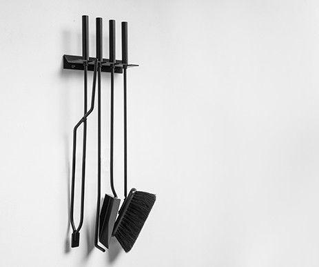 Funkcjonalny zestaw kominkowy Murus do powieszenia na ścianie. Zawiera wszystkie niezbędne narzędzia.