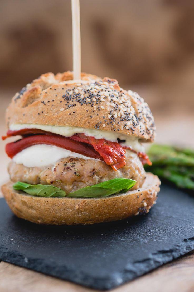 Italiaanse kipburger met pestomayonaise. Een verrassend snel recept voor een lekkere burger. via @theanswerisfood