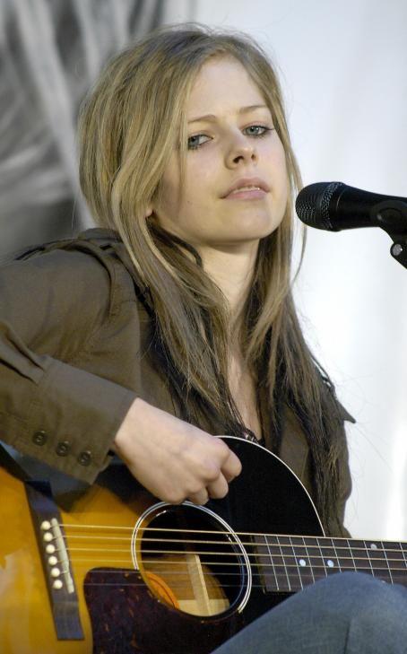 Avril Lavigne - Shopping High Point In Australia, 20.08.2004.