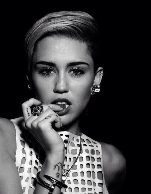 Miley Cyrus Naken Svart Og Hvit