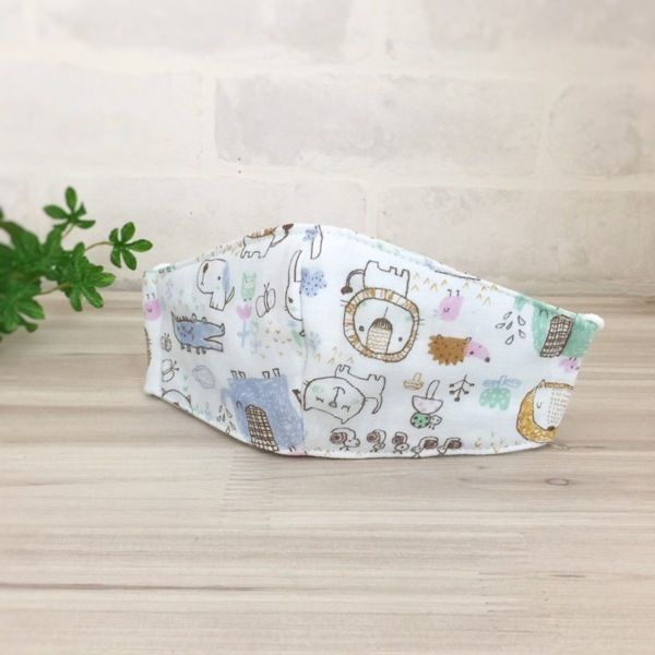 かわいい動物のイラストがプリントされたWガーゼで立体マスクを作りました。 Wがーぜを4枚重ねているのでしっかりした作りになっています。 ゴムは縛ってありませんのでお好みの長さでお使いください。●カラー:水色 青 茶 緑 ピンク●サイズ:平置きにして約横20センチ 縦8.5センチ●素材:Wガーゼ●注意事項:お洗濯はネットに入れることをオススメします。●作家名:la stoffa#立体マスク #ガーゼマスク #子供マスク #キッズマスク#子供用 #通園 #通学 #入園入学準備 #給食用 #経済的 #かわいい #おしゃれ #可愛い #風邪予防 #花粉症対策 #肌に優しい #軽いつけ心地 #フィット感 #何度も洗える #ダブルガーゼ #Wガーゼ #4枚重ね #調節可能 #立体マスクハンドメイド #ハンドメイド…