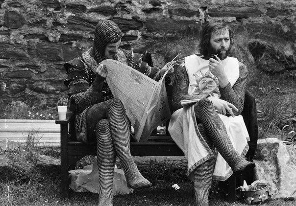 """Джон Клиз и Грэм Чепмен на съёмках фильма """"Монти Пайтон и священный Грааль"""", 1975 год"""