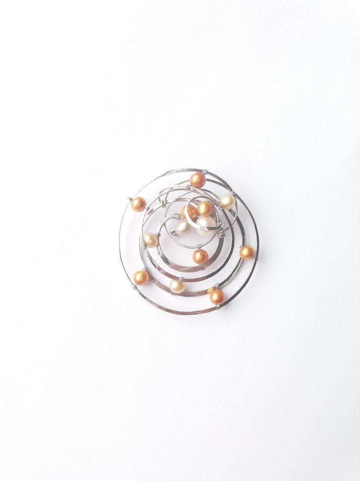 """Brož+B61P""""Sen+o+vzdálených+Sluncích""""+perly+exkluzi+Autorský+šperk.Originál,+který+existuje+pouze+vjednom+jediném+exempláři.Vyniká+jednoduchým+a+přesto+originálním+prostorovým+tvarem,+elegancí+čistých+linií+a+vynikající+kvalitou+i+barevností+ve+zlatých+tónech+výběrových+perel.+Prostorové+řešení+celého+prvku+způsobuje+to,+že+z+každého+úhlu+pohledu+vypadá..."""