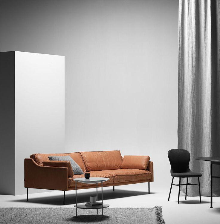 Andreas Engesvik designar ännu en soffa i sitt nära samarbete med Fogia. Här ser du soffan Dini som har ett väldigt slimmat yttre, samtidigt som den bjuder på ett bra sittdjup och god komfort. Soffan är något lös i sin klädsel, något som bjuder på en väldigt avslappnad och personlig atmosfär. Detta blir särskilt påtagligt om du väljer Dini i läder.