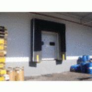 Abrigo para doca é uma estrutura em perfil de alumínio nas partes laterais e superiores.  Material fabricado em tecido especial, poliéster de 3 mm de espessura com camada externa de PVC e com duas malhas de reforço interno dando mais resistência ao material.