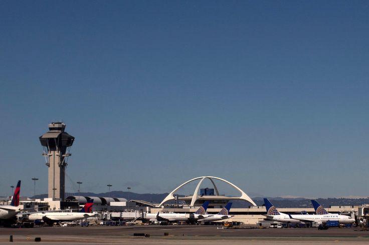 Laporan yang belum dikonfirmasi tembakan di Bandara Los Angeles International, Minggu menyebabkan kepanikan di bandara dan di media sosial sebagai penumpang melarikan diri di luar dan polisi berlari...