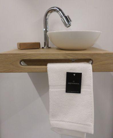 Toilet fontein. Hout met witte kom. Handdoek van aquanova