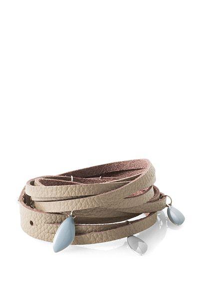 Guía de medidas:  -aprox. 61 cm de largo  Descripción:  -la pulsera dividida en tres filas cruzadas tiene un charm del logotipo y cierre de pin con ancho ajustable