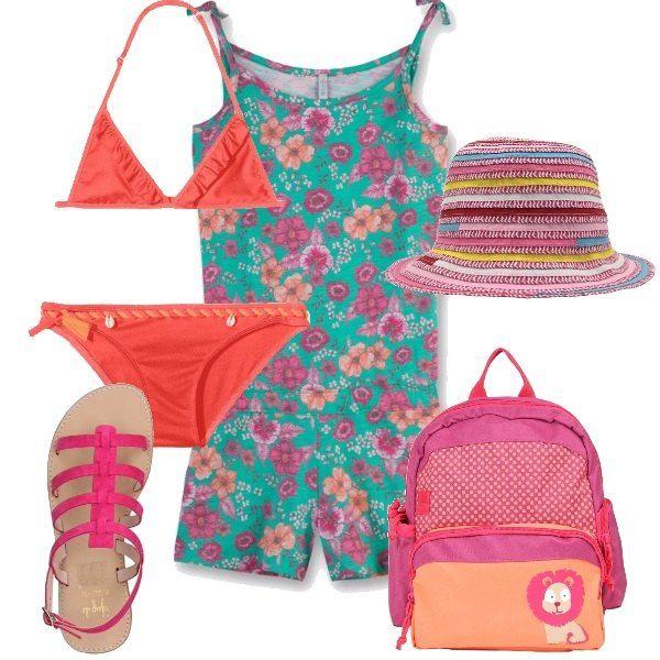 Divertente mix and match per una giornata al mare: bikini arancio, pezzo di sopra a triangolo, tutina a fiori di cotone, sandali di camoscio fucsia, zaino rosa e arancio capiente, cappello di paglia a righe colorate.
