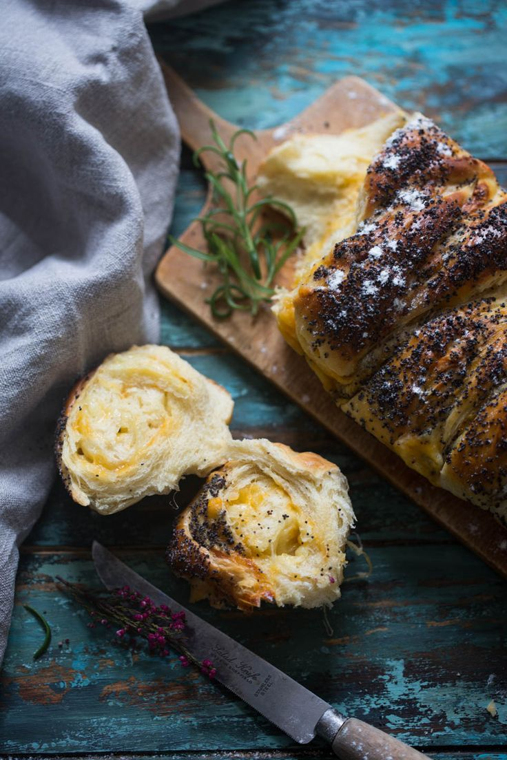 Ost og loff er to ting som passer magisk bra sammen. Spesielt smeltet ost og loff, hehe. Jeg har fylt dette brødet med revet cheddar som passer perfekt til. Jeg elsker også valmuefrø så da tenkte jeg, tjaa, kan jeg ikke bare strø hele toppen av denne loffen med disse gode frøene? Smeltet ost er …