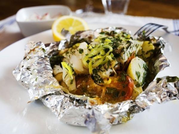Torsk i paket 1kg skivad kokt potatis, 6 tomater i skivor, pepprad o saltad sejen på, fräs 3 lökar på, dill o persilja om de finns o skivad citron på med endel smörklickar. i folie i ugnen 200 grader kanske 30 min