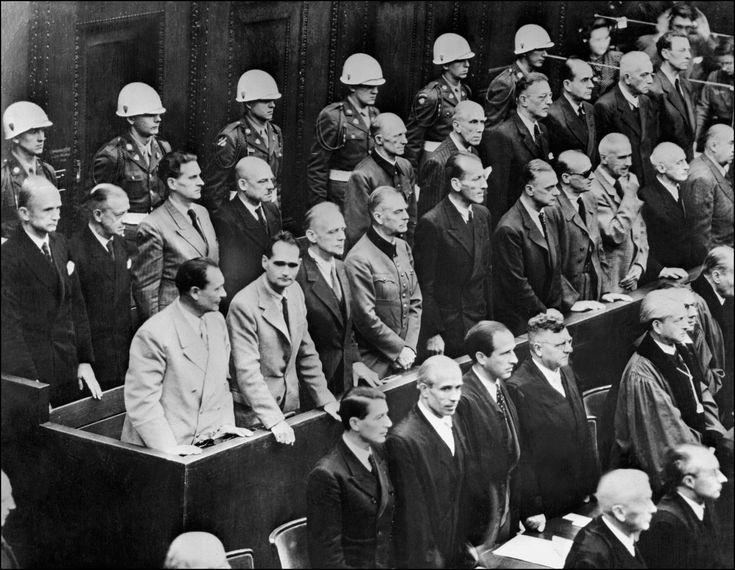 Les responsables nazis accusés de crimes de guerre durant la Seconde guerre mondiale écoutent la lecture du verdict du procès de Nuremberg , le 1er octobre 1946.