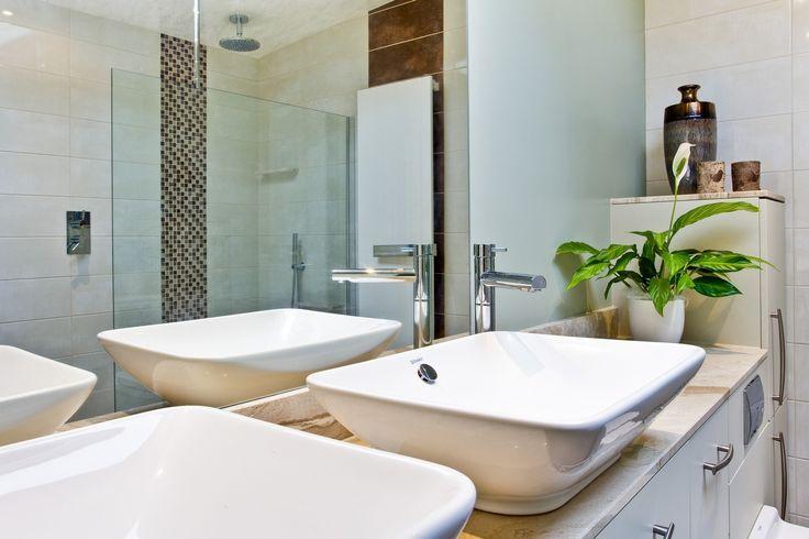 Light and refreshing en-suite bathroom.