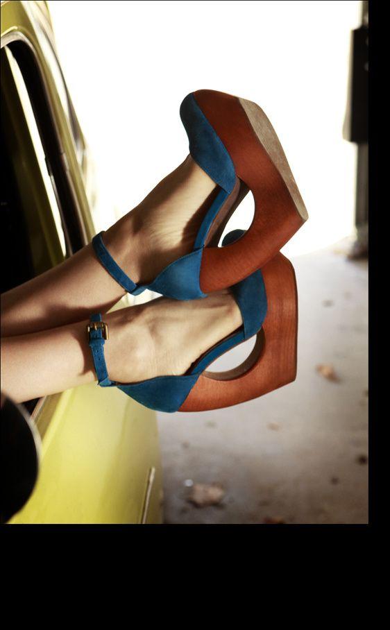 Zapatos azules de Jeffrey Campbell, tan dramáticos como el Thierry Mugler inspira. El diseño de la cuña es casi escultórico.