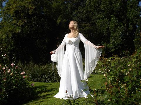 Medieval wedding dress      http://www.corde-micante.de/images/france/femmes/robe-mariage-medieval.jpg