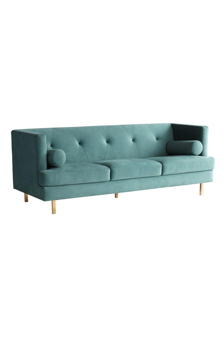 OAKDALE 3-sits soffa är en 50-tals inspirerad sammetssoffa med guldfärgade mässingsben, som med sin lena klädsel, cylinderformade kuddar och detaljrikedom, skänker en lyxig känsla vart den än står.  OAKDALE passar dig som gillar en internationell inredningsstil och känslan av Manhattan på 50-talet, när allt var möjligt och cocktails och jazz stod på menyn.  OAKDALE gör verkligen rummet och är extra vacker tillsammans med OAKDALE,  2-sits soffa men självklart även fantastisk helt på egen…