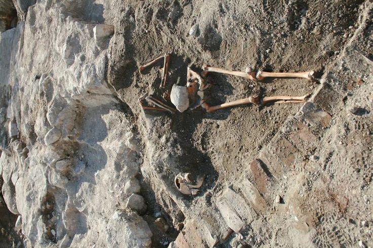 To skjeletter funnet inne i Mariakirkens ruin under en arkeo-logisk forundersøkelse på Tønsberg torv i 2010. De to individene ble gravlagt øst–vest under gulvet i det sørvestre hjørnet av kirkeskipet