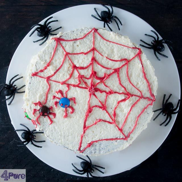 Halloween spider cake - English recipe - This Halloween spider cake is delicious, spicy and nice finished with frosting and chocolate spiders. Your kids (and you) will enjoy this cake!