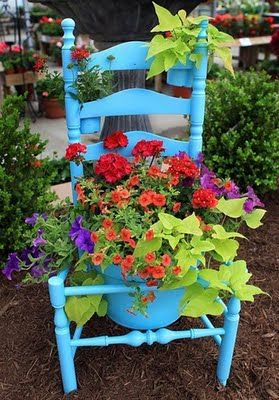 blue :)Gardens Ideas, Chairs Planters, Chair Planter, Flower Pots, Gardens Chairs, Garages Sales, Old Chairs, Bright Colors, Front Porches