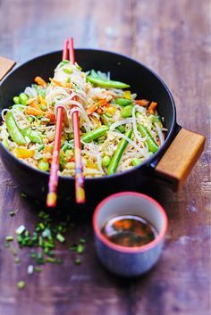 Chine : recette de Nouilles sautées aux légumes et sésame  La cuisson au wok est devenue un incontournable de la cuisine asiatique : rapide et saine, elle plaît à tous !