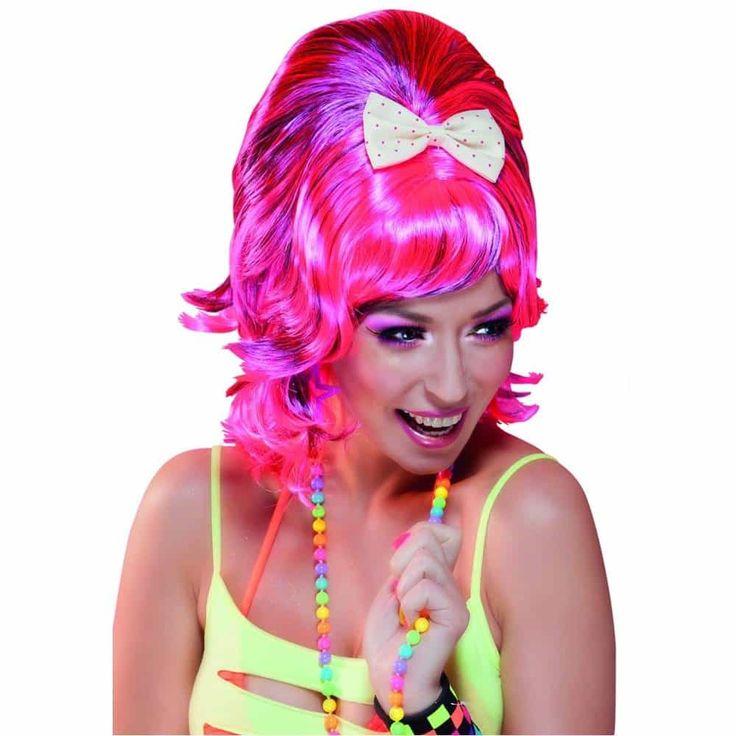 Comprar Peluca Rosa Fuerte Drag Queen con lazo. Esta  peluca para tus disfraces es ideal para fiestas del Orgullo Gay, carnaval et. En disfracestuyyo.com puedes ver esta peluca y muchas más. ¿Que peluca para disfraces Buscas?