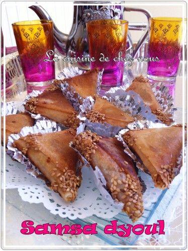 Pas un ramadan ne passe s'en que l'on fasse de bonnes pâtisseries orientales à déguster le soir! Aujourd'hui, je vous livre la recette des samsa dyoul. Très simple de réalisation et tellement bon... D'autres recettes de pâtisseries viendront au cours...