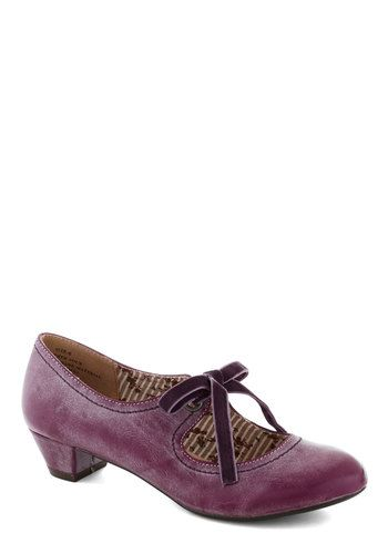 Low-heeled purple pumps