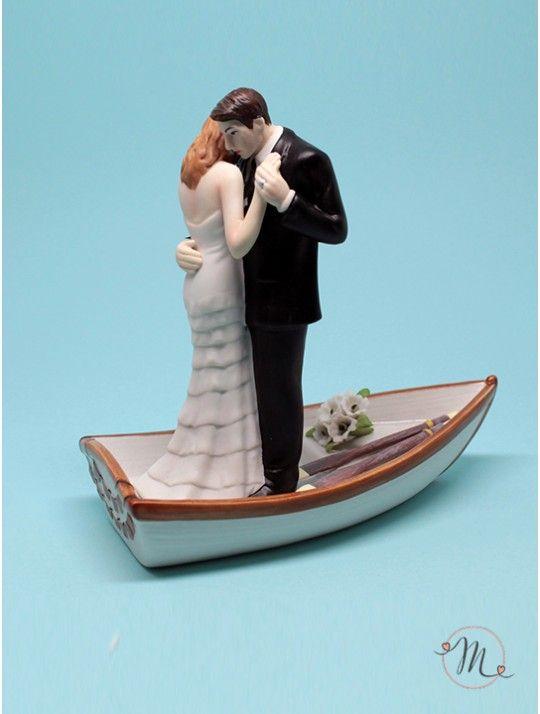 Cake topper - Sposi in barca. Impreziosisci la tua torta nuziale con questo romantico cake topper in porcellana dipinta a mano. Gli sposi danzano sulle acque dell'amore. Questo cake topper appartiene all'esclusiva collezione Weddingstar. Personalizzabile. Misure: h 14 cm, lunghezza barca 15 cm. #caketopper #cake #topper #wedding #matrimonio #weddingideas #ideasforwedding #figurastartanuptcial #hochzeitcaketopper #weddingday