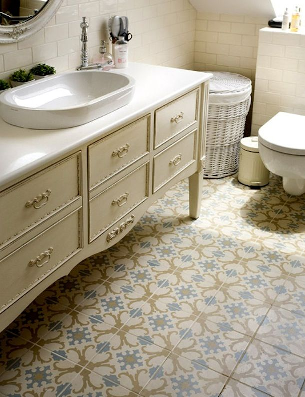 Узорная напольная плитка в ванной