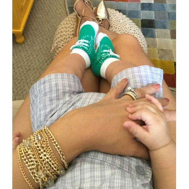 Quem lembra? A dica é que está cena logo, logo se repetirá! 😍 Já que hoje é sexta, vamos de #fbf . Estas pernocas fofas são do Luigi, da @elaineviolini que nunca perde o charme e ama um acessório poderoso! A  escolha dela nesta foto foi o bracelete @carolgregorianalia. 👏 Não é porque a gente vira mãe que tem que deixar o estilo de lado! 💟🌟😍👸👶 #elausacarolgregori #pulseira #pulseirismo #moda #tendencia #estilo #exclusivo #feitoamao #mae #blogger #bracelet #exclusive #handmade #fashion…