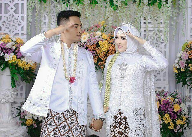 Inspired by @widyamalinaptr pengantin yang ber propesi sebagai polisi & polwan jadi pose nya hormat...lucu and keren ��  http://gelinshop.com/ipost/1518001238166424088/?code=BURBhVZg0oY